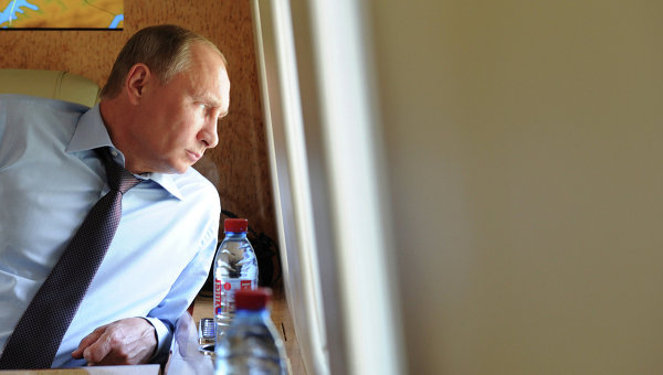 Президент РФ Владимир Путин в салоне вертолета, архивное фото