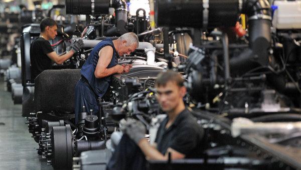 Рабочие в цехе автомобильного завода КАМАЗ. Архивное фото