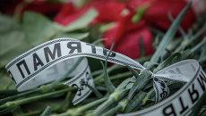Цветы у входа в международный аэропорт Казань в память о погибших в авиакатастрофе самолета Boeing 737