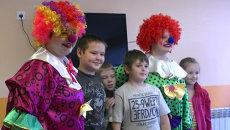 Дети станцевали и поиграли с клоунами в больницах Красноярска
