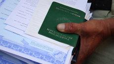 Документы мигрантов, ожидающих получения разрешения на работу. Архивное фото