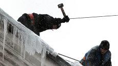 Очистка городских крыш от снега и наледи. Архивное фото