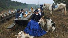 Участники конной костюмированной охоты