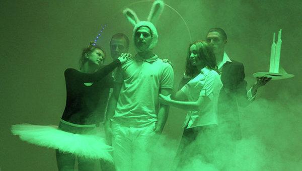 Сцена из спектакля Удивительное путешествие кролика Эдварда