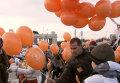 Москвичи запустили в небо оранжевые воздушные шарики с желаниями