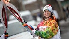 Факелоносец Анастасия Курченко во время эстафеты олимпийского огня в Томске