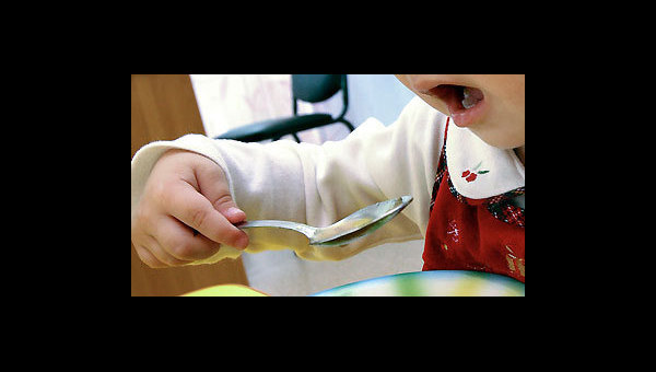 Ребенок за обедом. Архив