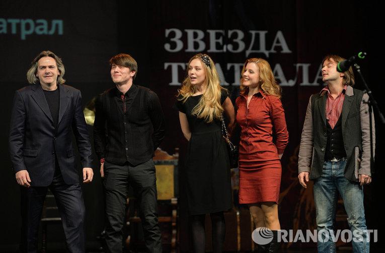 Режиссер Андрей Рыклин и участники спектакля Мушкетеры получают премию в номинации Лучший детско-юношеский спектакль