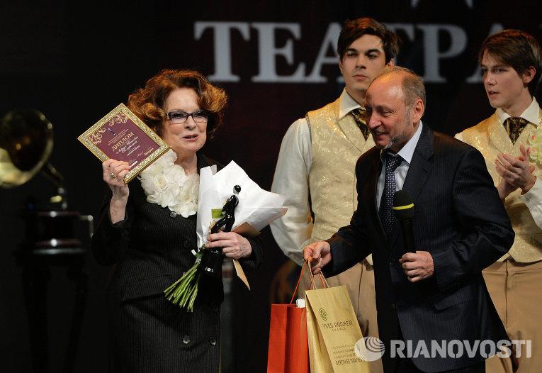 Актриса Лариса Голубкина получает из рук главного редактора Новых известий Валерия Якова приз Легенда сцены