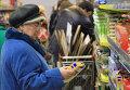 Пожилые люди в магазине