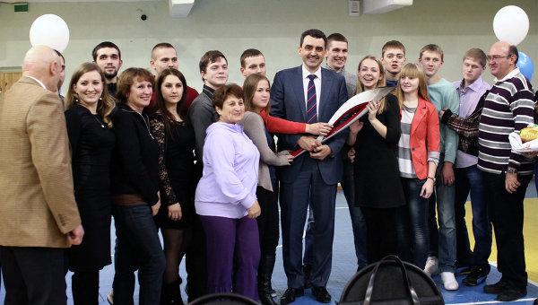 На церемонии передачи факела эстафеты Олимпийского огня студентам ТГУ от ректора Эдуарда Галажинского
