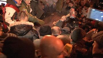 Демонстранты били кувалдами снесенный в Киеве памятник Ленину