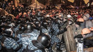 Внутренние войска штурмуют лагерь митингующих на Майдане