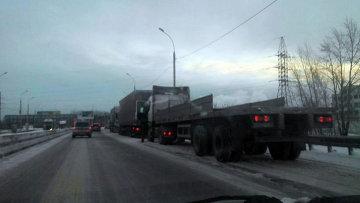 Фуры на обочине дороги в Новосибирске