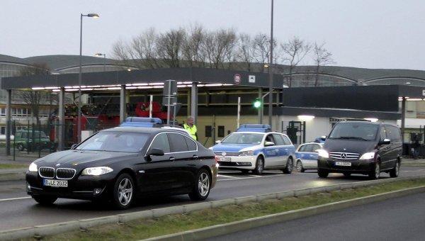 Колонна автомобилей, предположительно, с Михаилом Ходорковским выезжает из аэропорта Шенефельд в Берлине. 20 декабря 2013