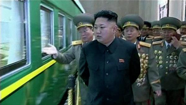 Ким Чен Ын посетил военную часть Корейской народной армии в годовщину провозглашения своего отца и предшественника Ким Чен Ира великим руководителем. Фото с места события