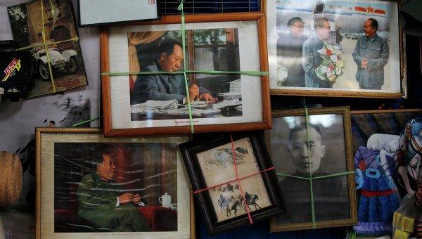 Фотографии Мао Цзэдуна в антикварном магазине в Пекине. Архивное фото