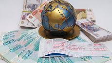 Авиабилет и деньги, архивное фото