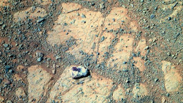 Странный камень появился рядом с марсоходом Opportunity. Он виден на снимке, сделанном на сол 3540. Архивное фото