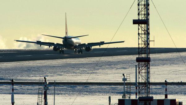Самолет Boeing 737 идет на посадку. Архивное фото