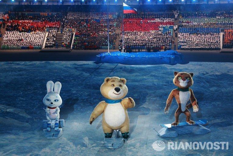 Леопард, Белый мишка и Зайка - талисманы зимних Олимпийских игр 2014 года в Сочи вышли на сцену под мелодию из мультфильма Ну, погоди! в современной аранжировке.