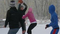 Горячие сибиряки и сибирячки сыграли в зимний баскетбол в Красноярске