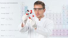 Ученый на фоне периодической системы Д. И. Менделеева