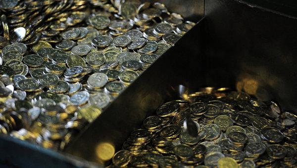 Готовые пятирублевые монеты, изготовленные на Московском монетном дворе Гознака, архивное фото