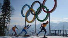 Слева направо: Мартин Йонсруд Сундбю (Норвегия), Роланд Клара (Италия), Александр Легков (Россия) на дистанции эстафеты в соревнованиях по лыжным гонкам среди мужчин на XXII зимних Олимпийских играх в Сочи. Архивное фото