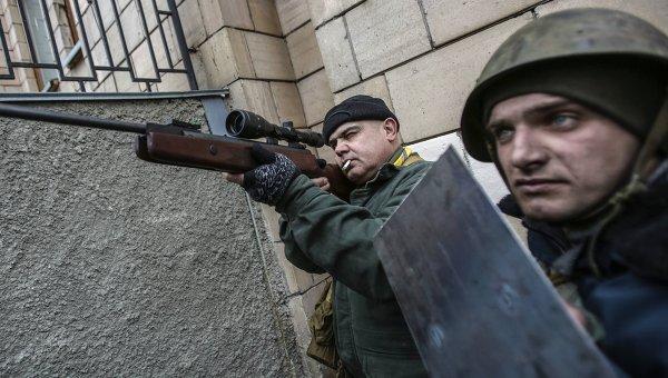 Сторонники оппозиции с оружием на площади Независимости в Киеве. Архивное фото