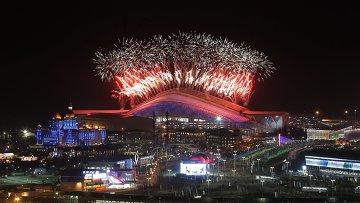 Салют над стадионом Фишт во время церемонии закрытия XXII зимних Олимпийских игр