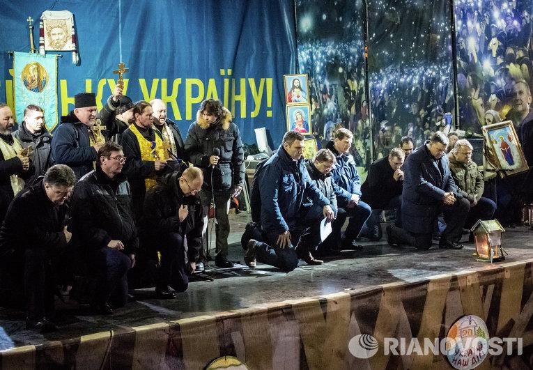 Лидеры оппозиции на площади Независимости во время траурного мероприятия преклонили колени в память о погибших в результате антиправительственной акции протеста