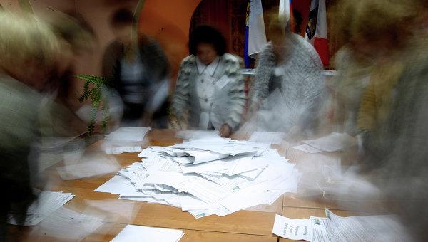 Члены участковой избирательной комиссии подсчитывают голоса, архивное фото