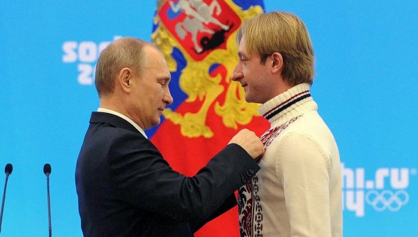 Президент России Владимир Путин (слева) и олимпийский чемпион в фигурном катании Евгений Плющенко