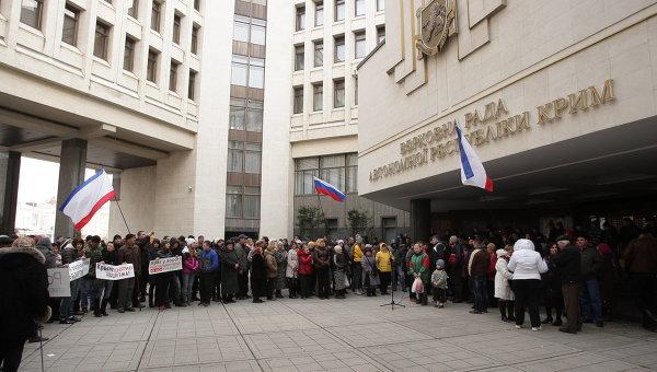 У здания Верховного совета Крыма, архивное фото