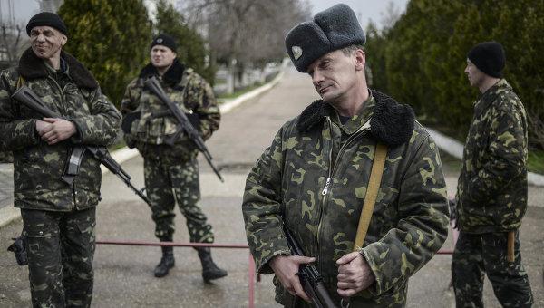 Переговоры украинских военных с представителями самообороны Севастополя на территории аэродрома Бельбек, архивное фото