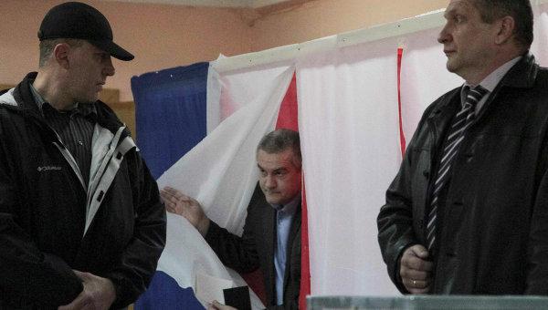 Премьер-министр Крыма Сергей Аксенов голосует на одном из избирательных участков Симферополя