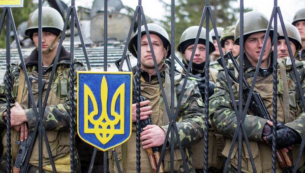 Украинские военные на территории военной базы. Архивное фото