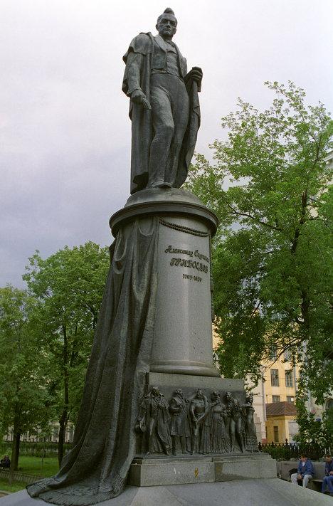 Памятник А.С. Грибоедову. Скульптор Аполлон Мануйлов