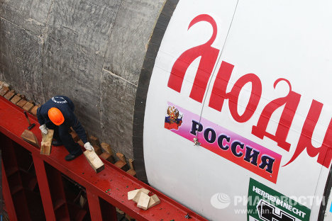 Юрий Лужков на месте строительства станции метро Новокосино