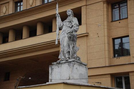 Скульптура перед входом во двор дома на Яузском бульваре
