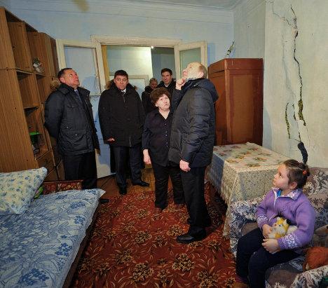 В.Путин в поселке Роза у Коркинского разреза