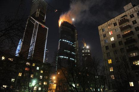 Вид на горящую башню Восток столичного комплекса Москва-Сити (2012 год).