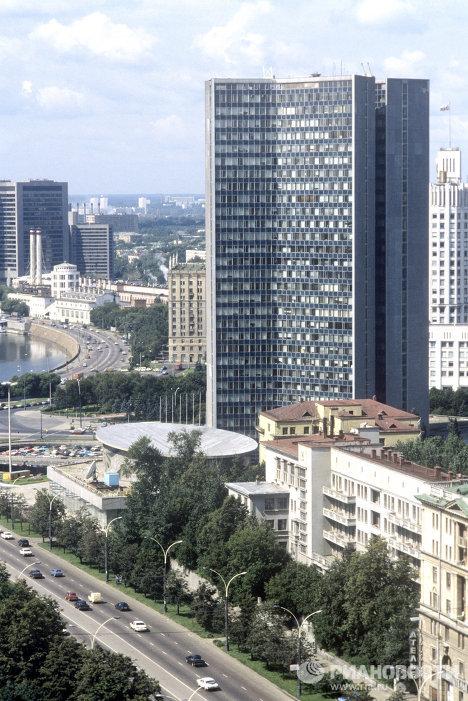 Вид на Краснопресненскую набережную и здание мэрии Москвы