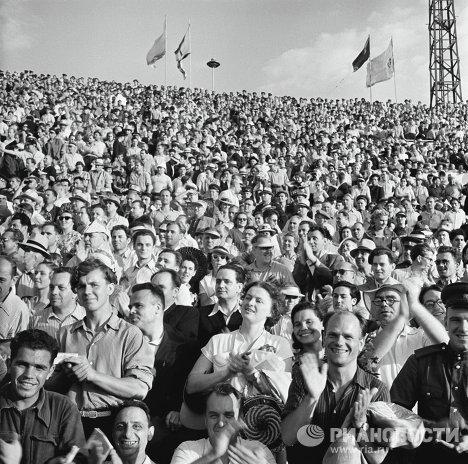 На трибунах стадиона Динамо во время встречи сборных команд СССР – ФРГ