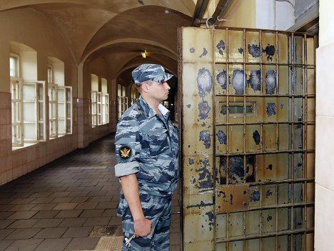 Сотрудник ФСИН России открывает дверь в одну из камер СИЗО