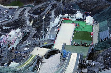 Вид на олимпийский комплекс трамплинов Русские горки в Сочи