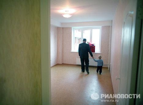 Заселение многодетной семьи из Новосибирска в новую квартиру