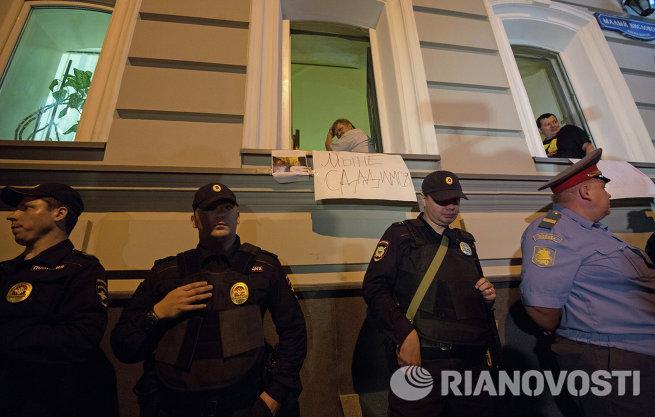 Полиция взяла штурмом офис движения За права человека в Москве