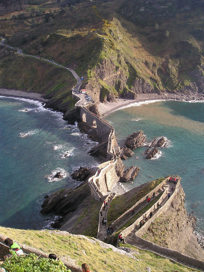 Лестница на острове Гастелугаче в Испании
